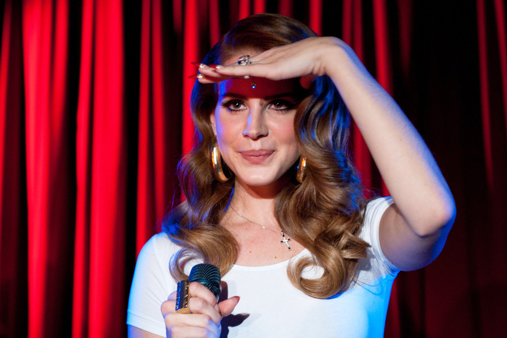 Polonahá Lana del Rey plave v novém klipu s krokodýly