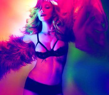 VIDEO: Madonna se obklopila svalovci na podpatcích