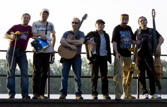 Čechomor ve studiu, pomáhá jim kapelník Davida Bowieho