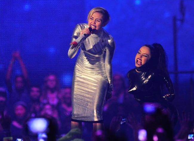 VIDEO: Miley Cyrus svůj ztracený vkus stále nenašla