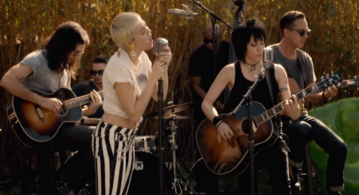 VIDEO: Miley Cyrus si notuje s Joan Jett