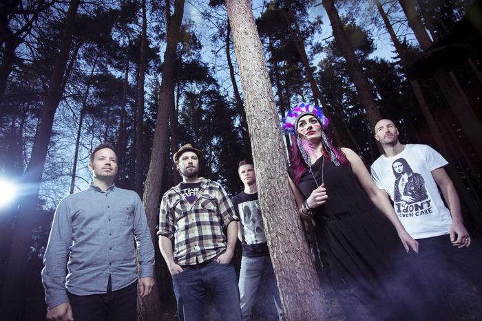 EXKLUZIVNĚ: Monna, průsečík Guano Apes a Paramore, představuje nový klip