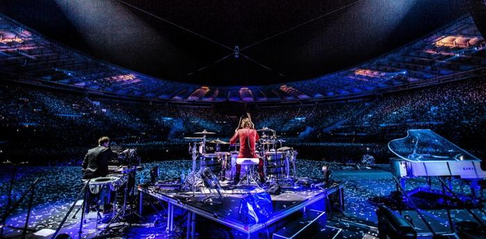 LIVE: Muse svojí gigantickou show zvedají ze sedaček kinosálů