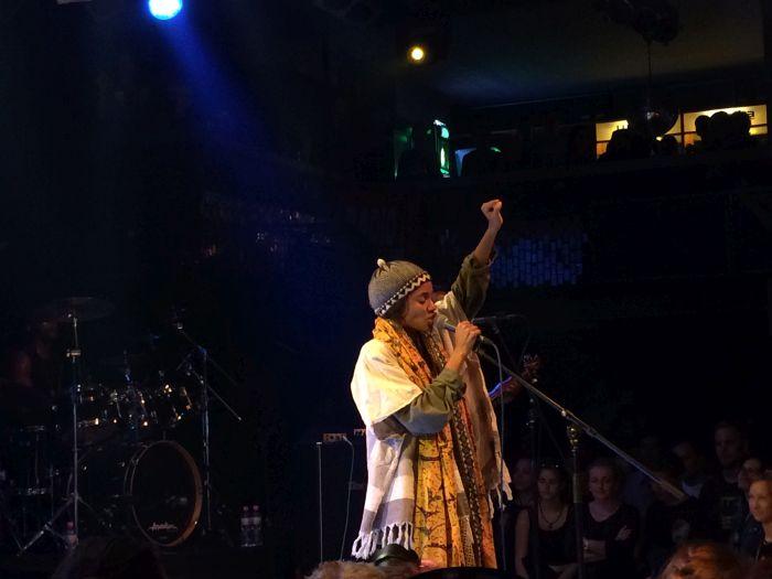 LIVE: Nneka v Praze: v úmorném vedru nabalená jak na severní pól