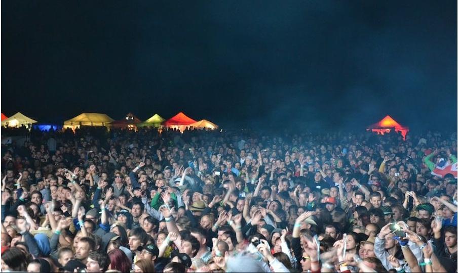 LIVE: Fatboy Slim na Open Air Festivalu ovládal dav hravě jednou rukou