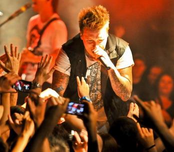 LIVE: Papa Roach vyždímali vyprodaný Lucerna Music Bar