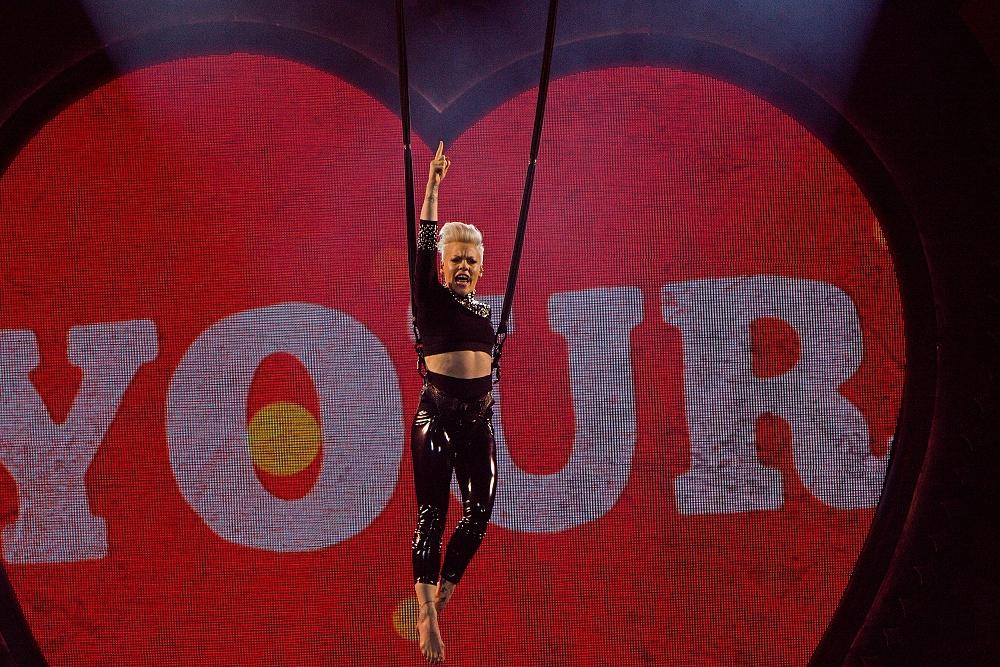 LIVE: Akrobatka Pink zpívala, létala, tančila a nadchla