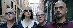 VIDEO: Pixies v novém klipu barví svět namodro