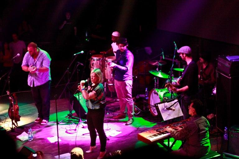 LIVE: Alice Russell a Quantic proměnili rockový klub v latinskoamerickou tančírnu