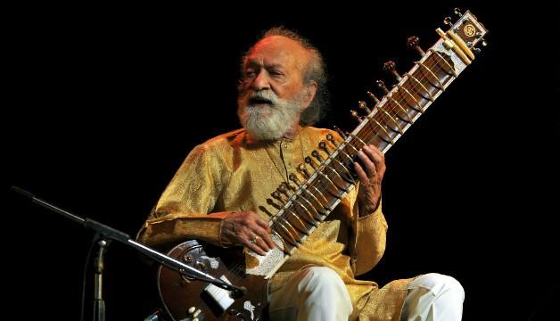 Ve věku 92 let zemřel Ravi Shankar, idol Beatles a otec Norah Jones