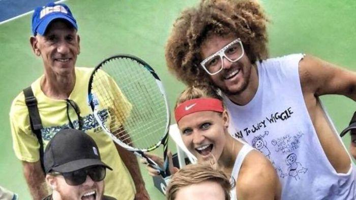 VIDEO: Redfoo fandí tenisu. Jeho favoritka Lucie Šafářová ale padla