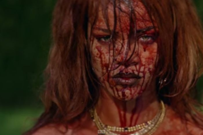 VIDEO: Rihanna se změnila v krvavou lady, nový klip je drsný