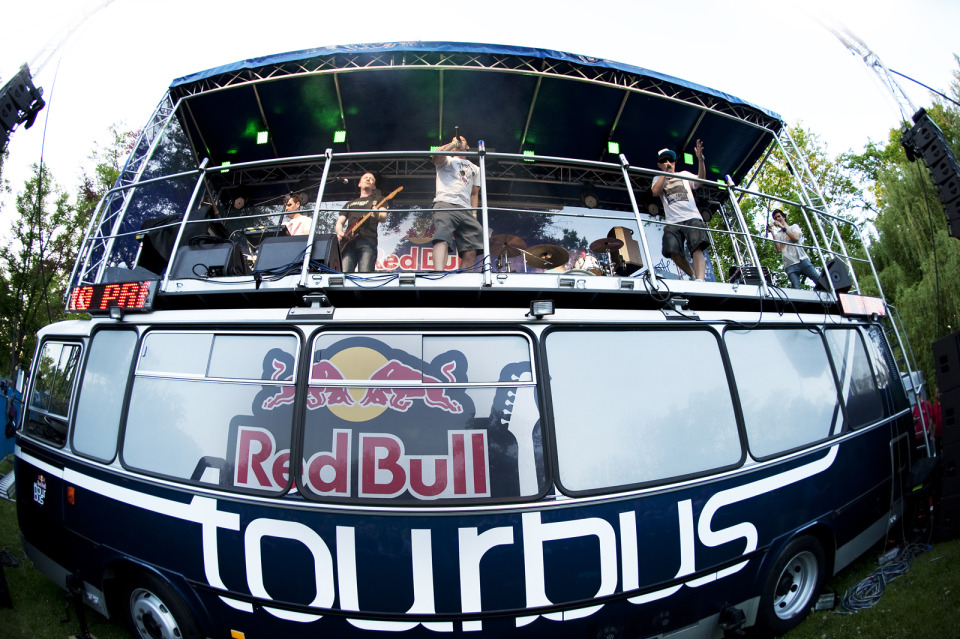 Red Bull Tourbus opět doveze na festivaly desítky kapel