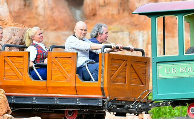 billy-corgan-sad-disney-land-640x392