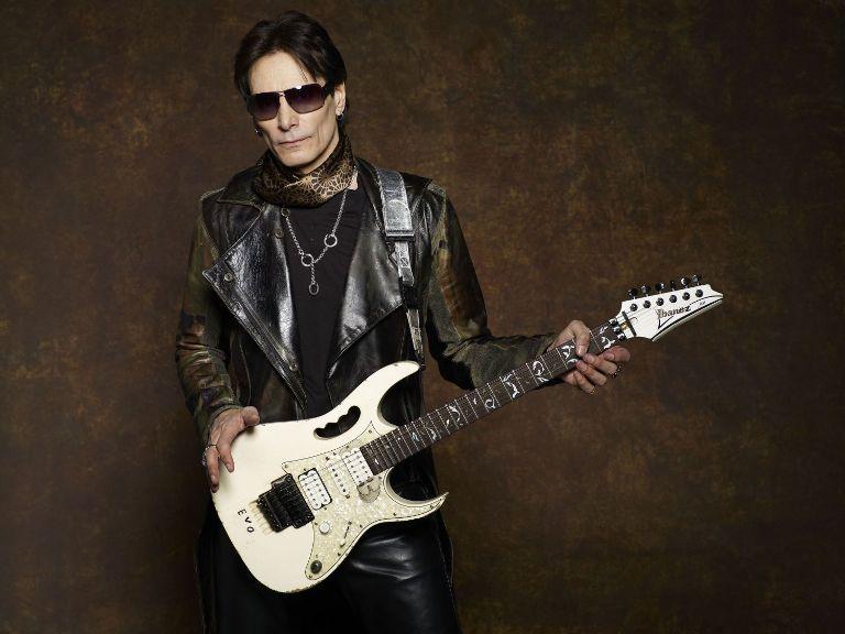 Kytarový génius Steve Vai se po roce vrátí do Česka