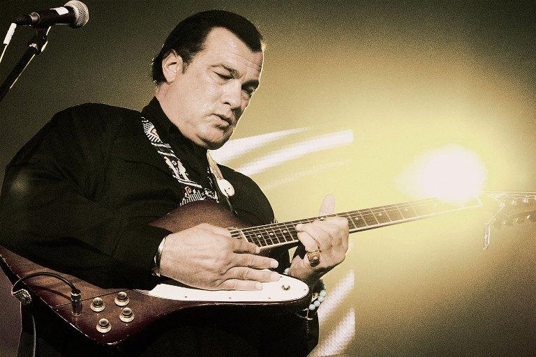 Akční hrdina s kytarou: Steven Seagal rozezní struny na Rock for people