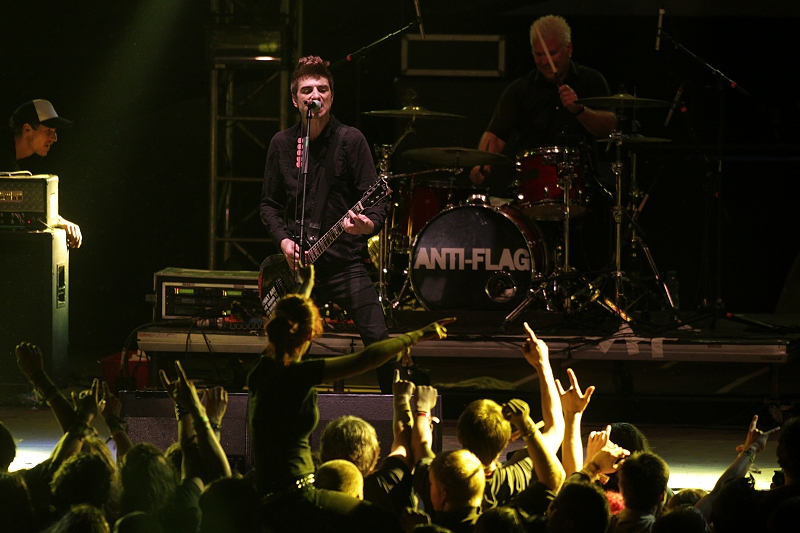 Trutnov Open Air: Bubeník Anti-Flag se s bicími vrhnul do kotle