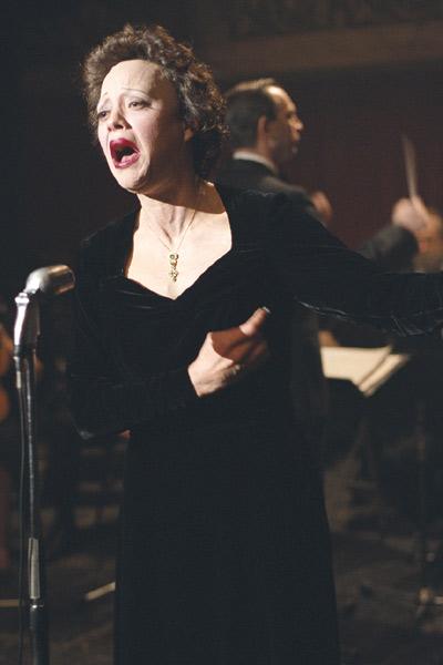 Edith Piaf oslňuje