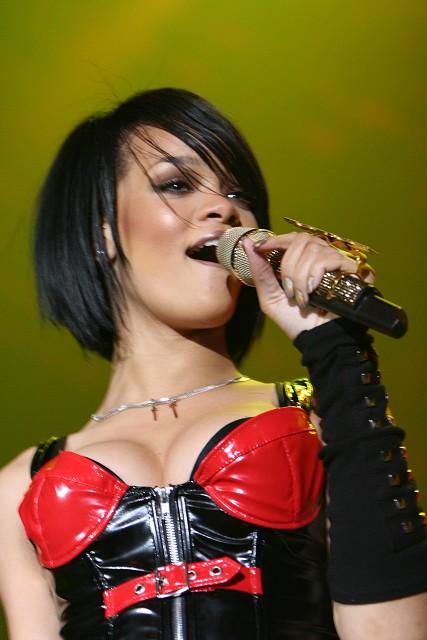 Rihanna roztočila deštníky