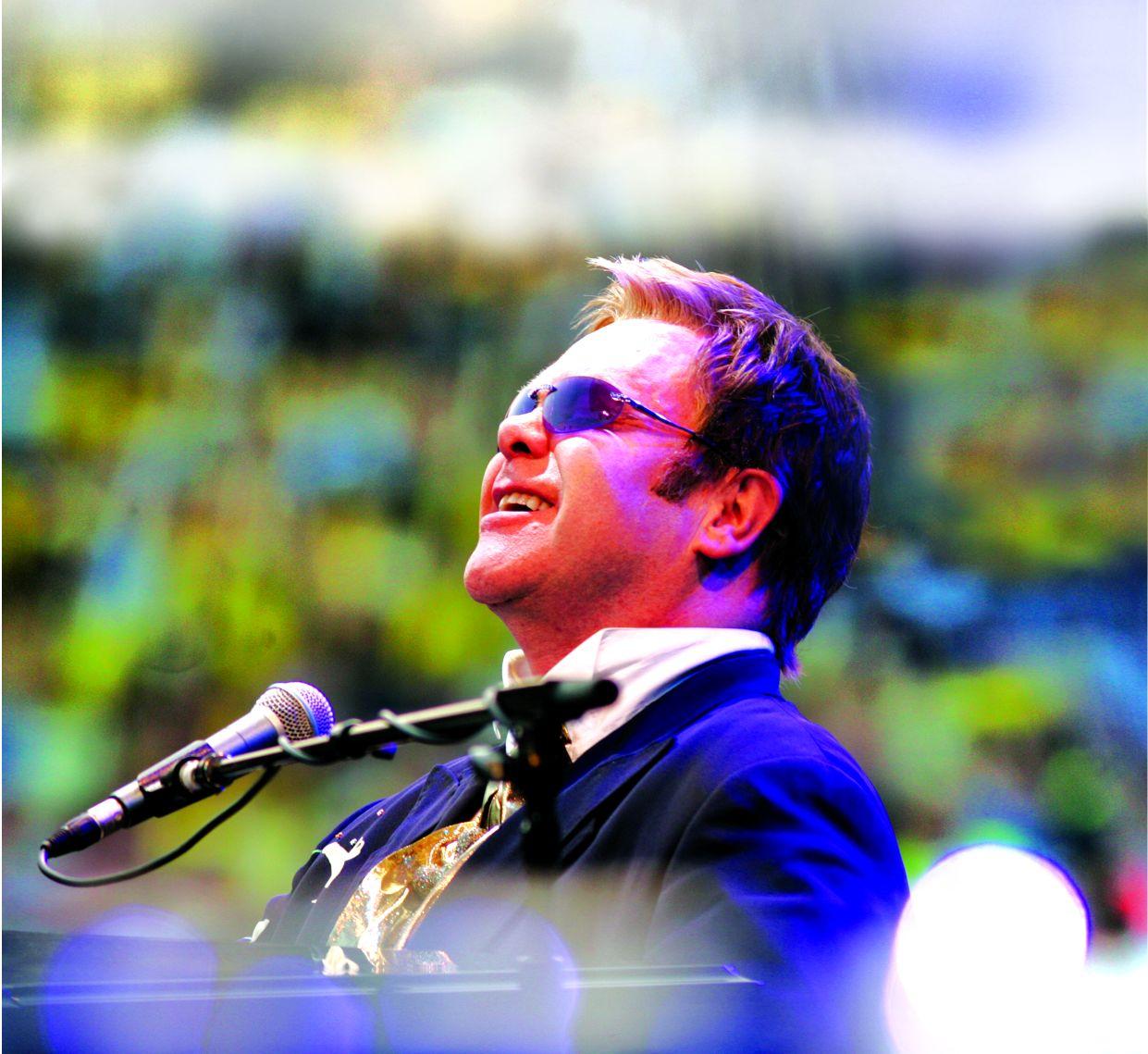 Elton John zahraje příští rok v Praze