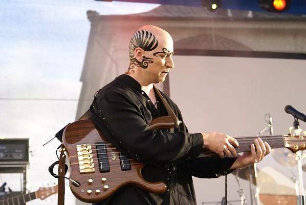 Scheuflerovi: basa a bicí jako zbraně