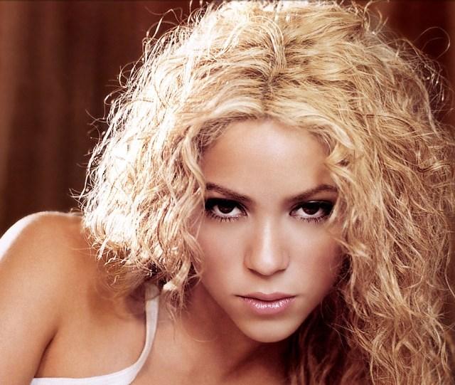 Shakira vydražila svoji podprsenku