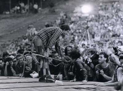 Ze života punku: Obušky na oslavě míru