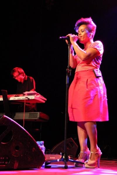 Tonya Graves výborně zpívá, ale trpí hudební schozofrenií