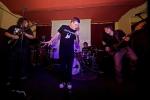 Snowpunx Orkestra přivezli do Českých Budějovic nálož coverů, doplnili je The Trust