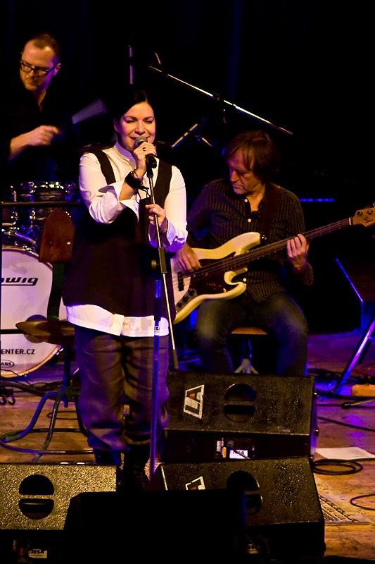 Anna K. i v akustické verzi roztančila brněnské Semilasso