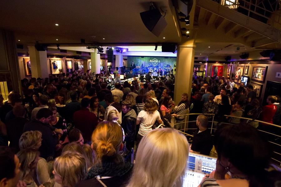 Chinaski poprvé představili novinku Rockfield. V Hard Rock Cafe křtili bílým vínem