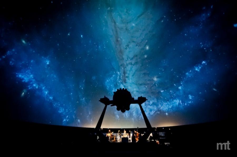 Dan Bárta zahrál v planetáriu přímo pod hvězdami
