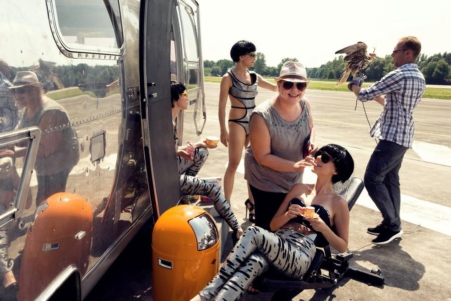 Dara Rolins v novém klipu opět létá vrtulníkem
