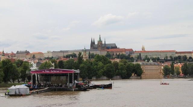 Emir Kusturica splnil Pražanům sen letní noci, vystoupil na Vltavě