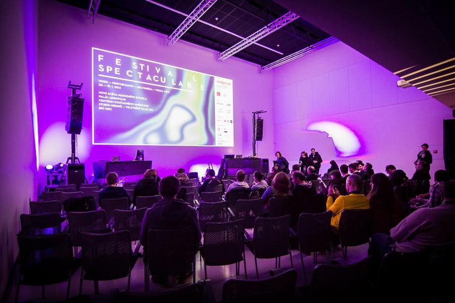 Festival Spectaculare v DOXu: audiovizuální zážitek s Fenneszem a Marsen Julesem