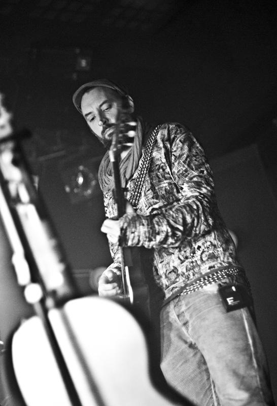 Fink zavítal poprvé do Prahy, představil zde nové album Perfect Darkness