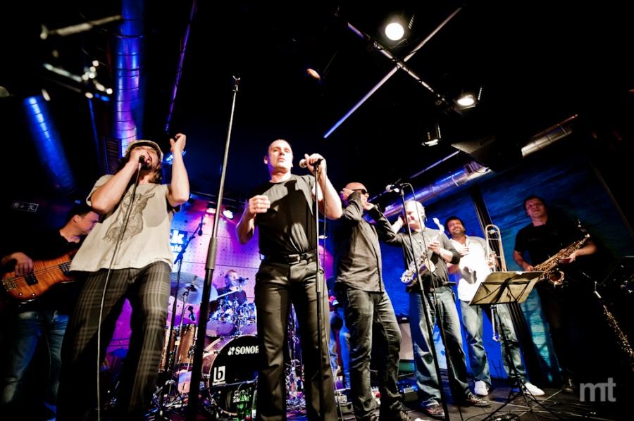J.A.R. se vtěsnali na malé pódium v pražském Jazz Docku