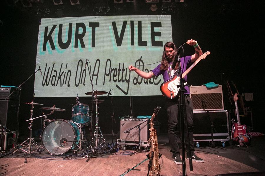 Kurt Vile se v Lucerna Music Baru schoval za své dlouhé vlasy
