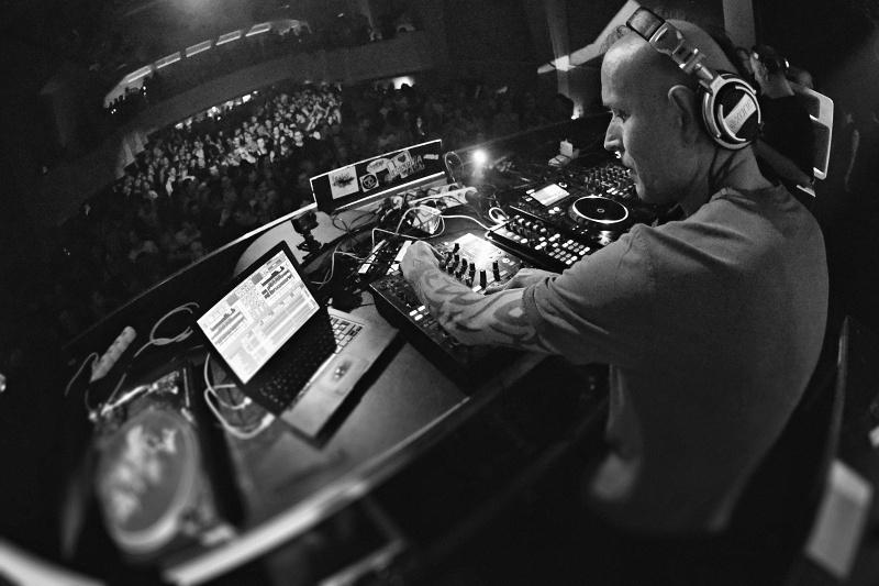 Legenda české scény DJ Tráva oslavil v Roxy padésátku