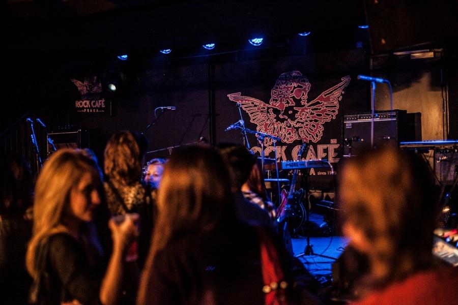 Londýnské indie-folkové trio Daughter zaplnilo vyprodané Rock Café emocemi