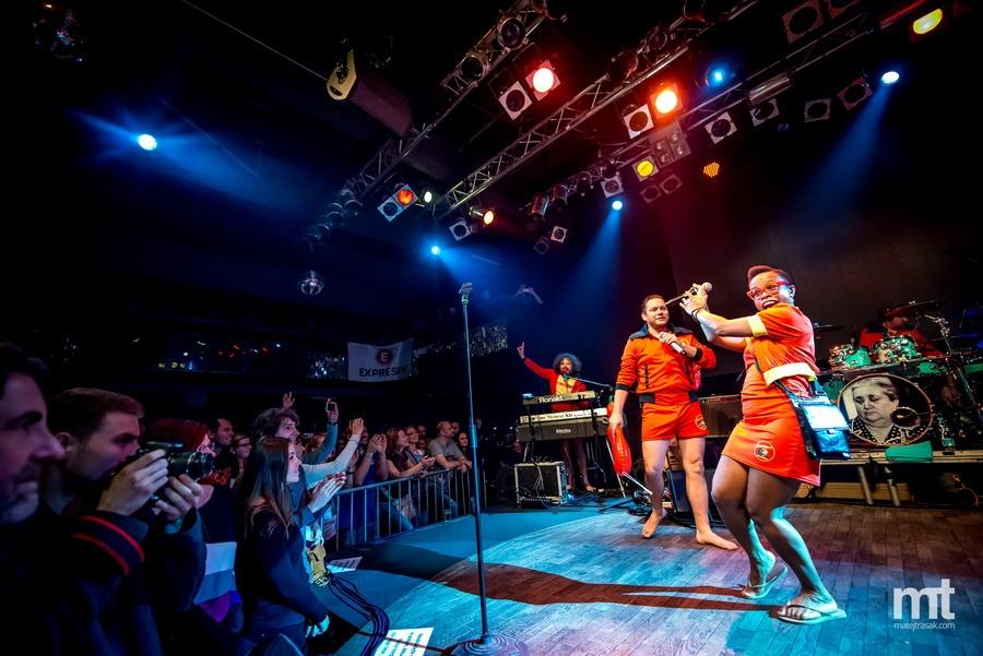 Lucerna Music Bar přivítal bláznivé Monkey Business ve stylu Baywatch