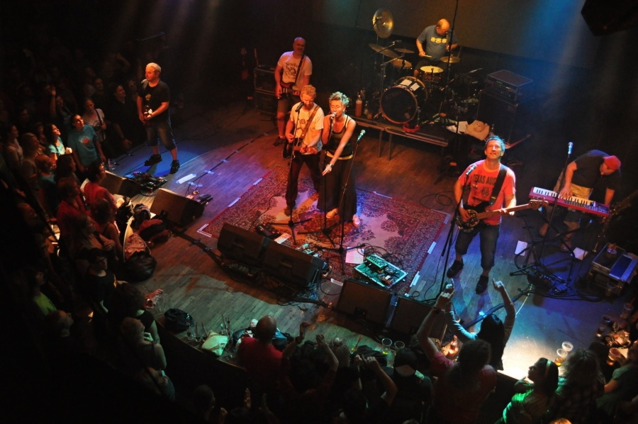 Mňága a Žďorp v Lucerna Music Baru přivítala mnoho hostů: Dáreček se křtil burčákem