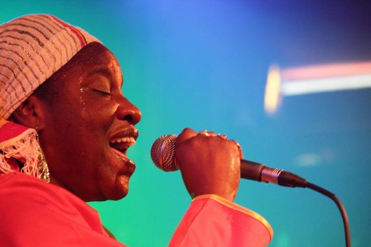 Reggae královna z Trinidadu Omega v Lucerna Music Baru
